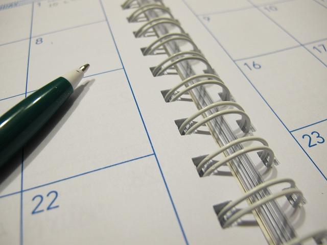 Imagem com um lápis e uma agenda, ilustrando a ideia da data de início do Blog L'Avenir