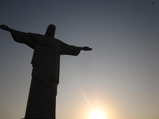 Imagem do Cristo Redentor com o Sol se pondo
