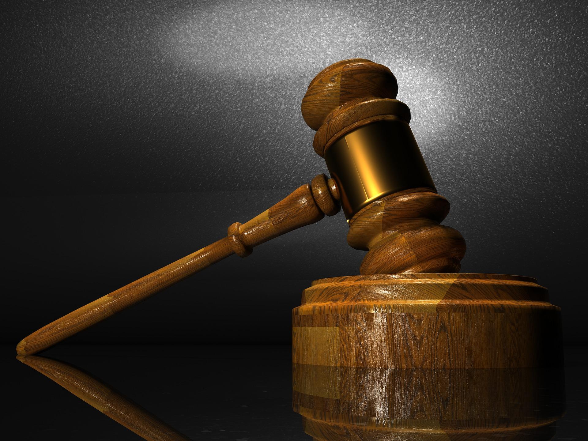 Foto de martelinho usado em tribunal de justiça