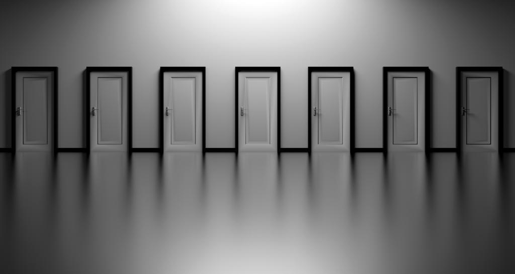 Imagem de um salão com várias portas de saída fechadas
